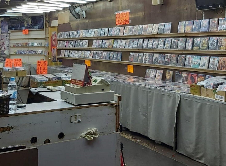 海關檢獲約23萬元盜版及色情光碟。政府新聞處圖片