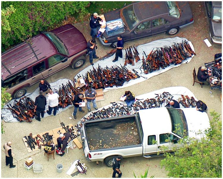 非法枪械铺满半条车道。