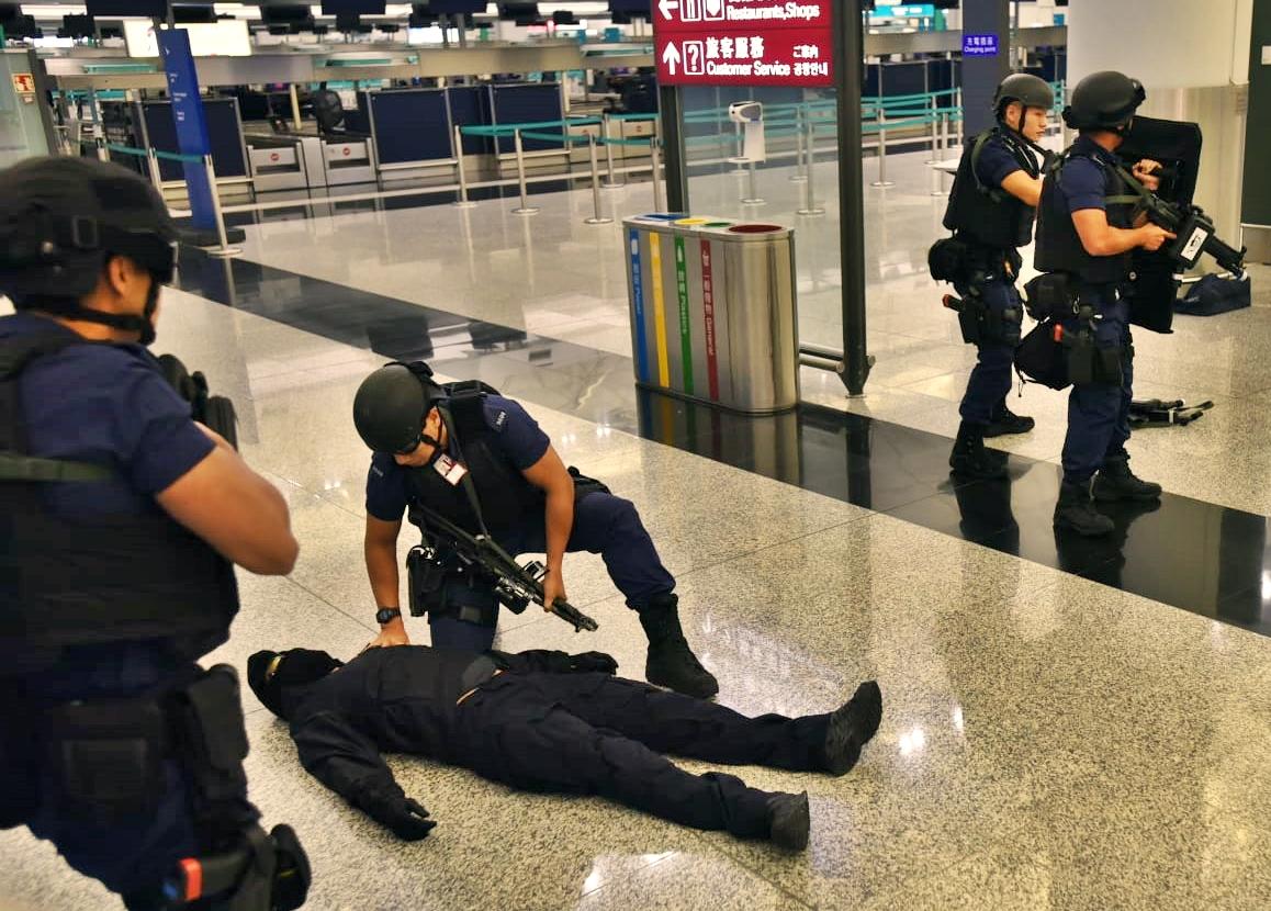 警方及消防凌晨在机场进行反恐演习。