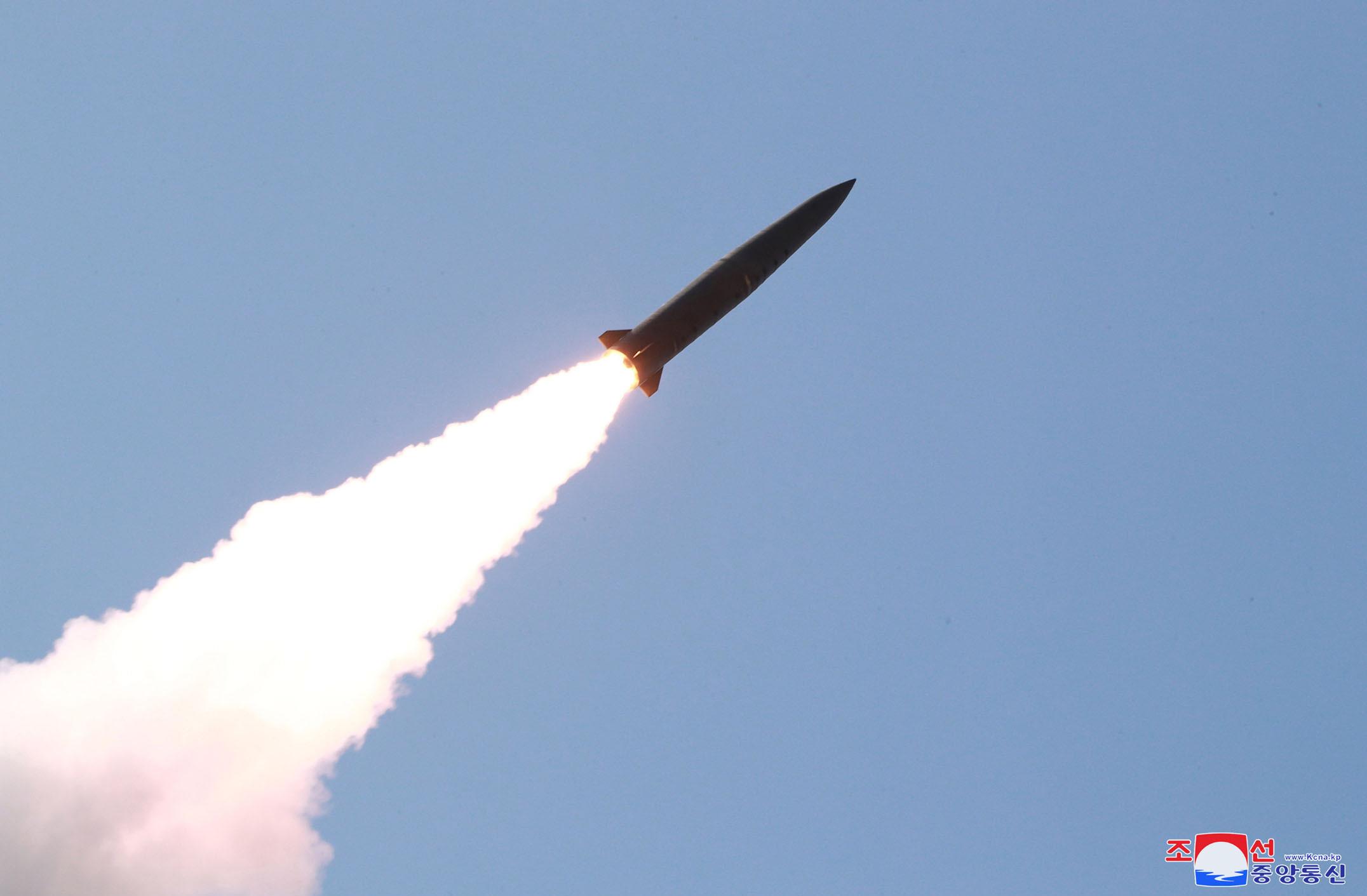 北韩周四发射的不明飞行物据信是射程超过300公里的弹道飞弹。