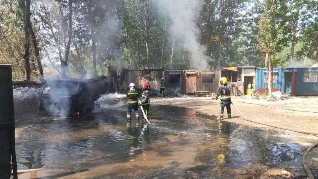 北京有平房及運油車被燒毀。網上圖片