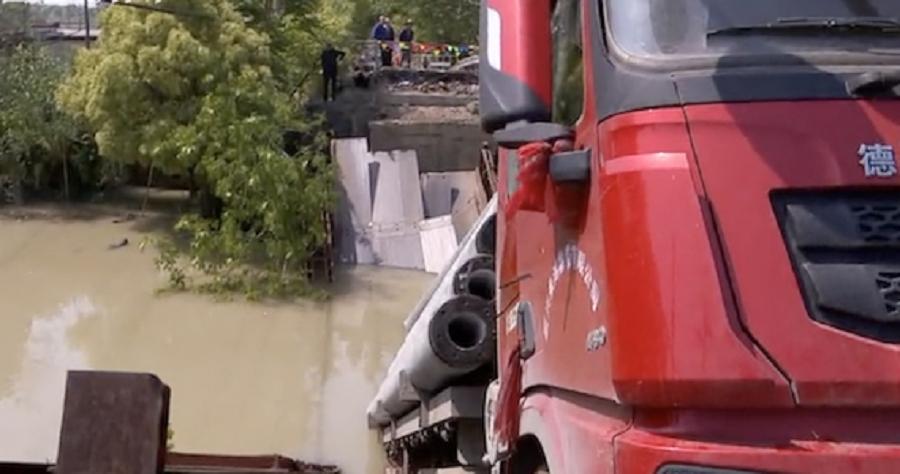 貨車連同天橋墮河。網上圖片