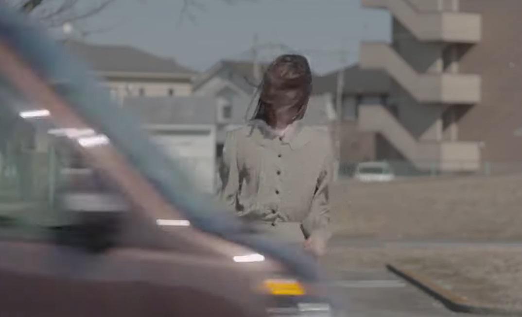 情侣被分隔马路两边。影片截图