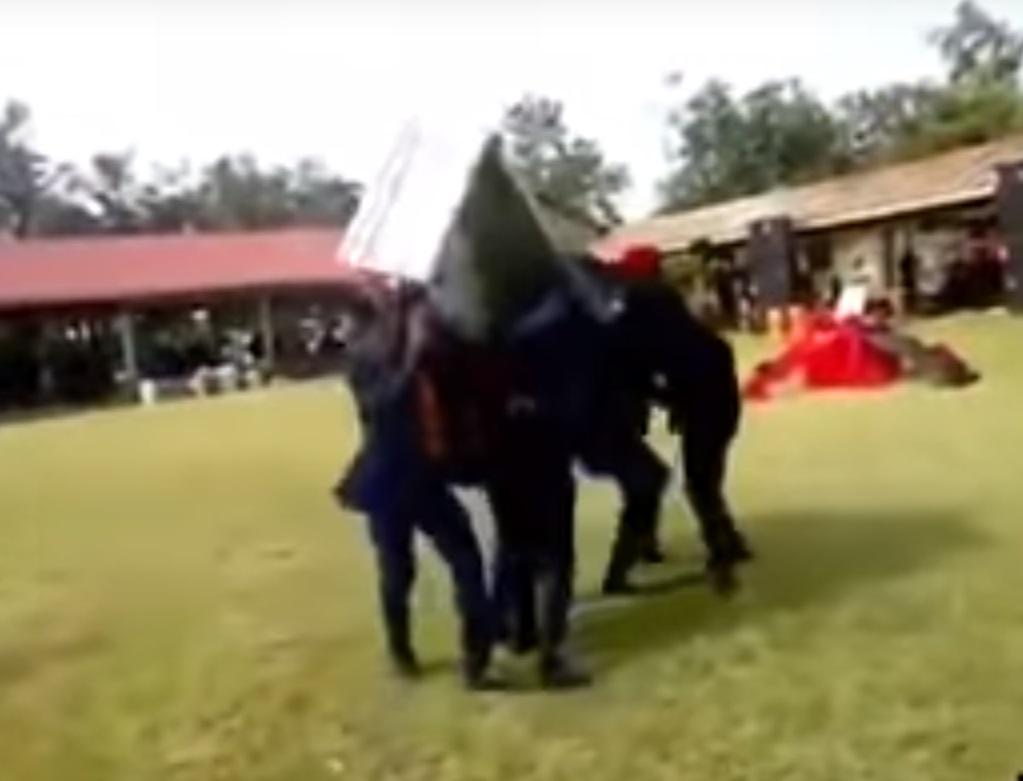 加纳有葬礼遗体飞出棺材还惨被压住。网上图片