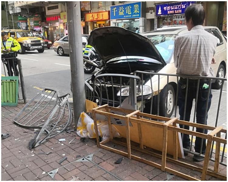 路邊鐵欄撞至變形。Michael Chan 「香港突發事故報料區 」FB