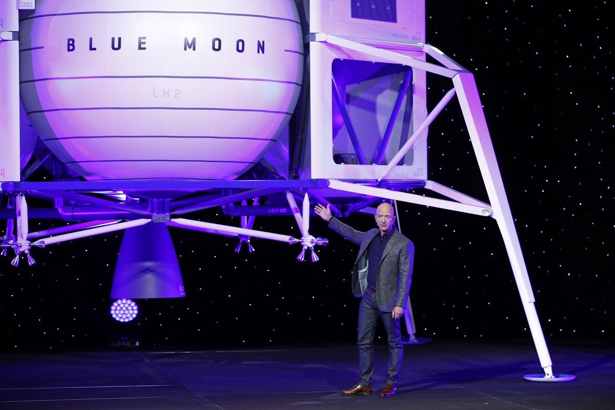 贝索斯介绍新一代登月运输工具。图片