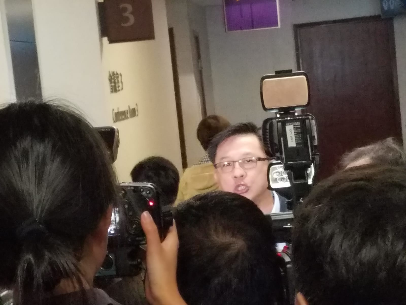 何君堯指控區諾軒非法禁錮,後者以傳媒有採訪權反駁。
