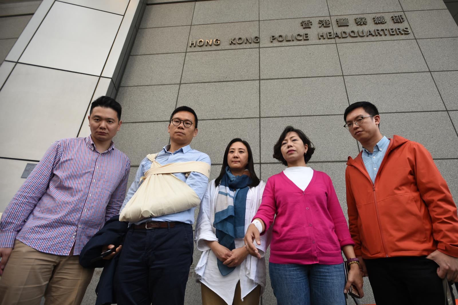陳恆鑌(左二)到警察總部報警。