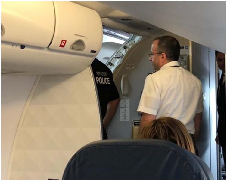 同行亲人和机舱服务员及寺制止该名女子。网图