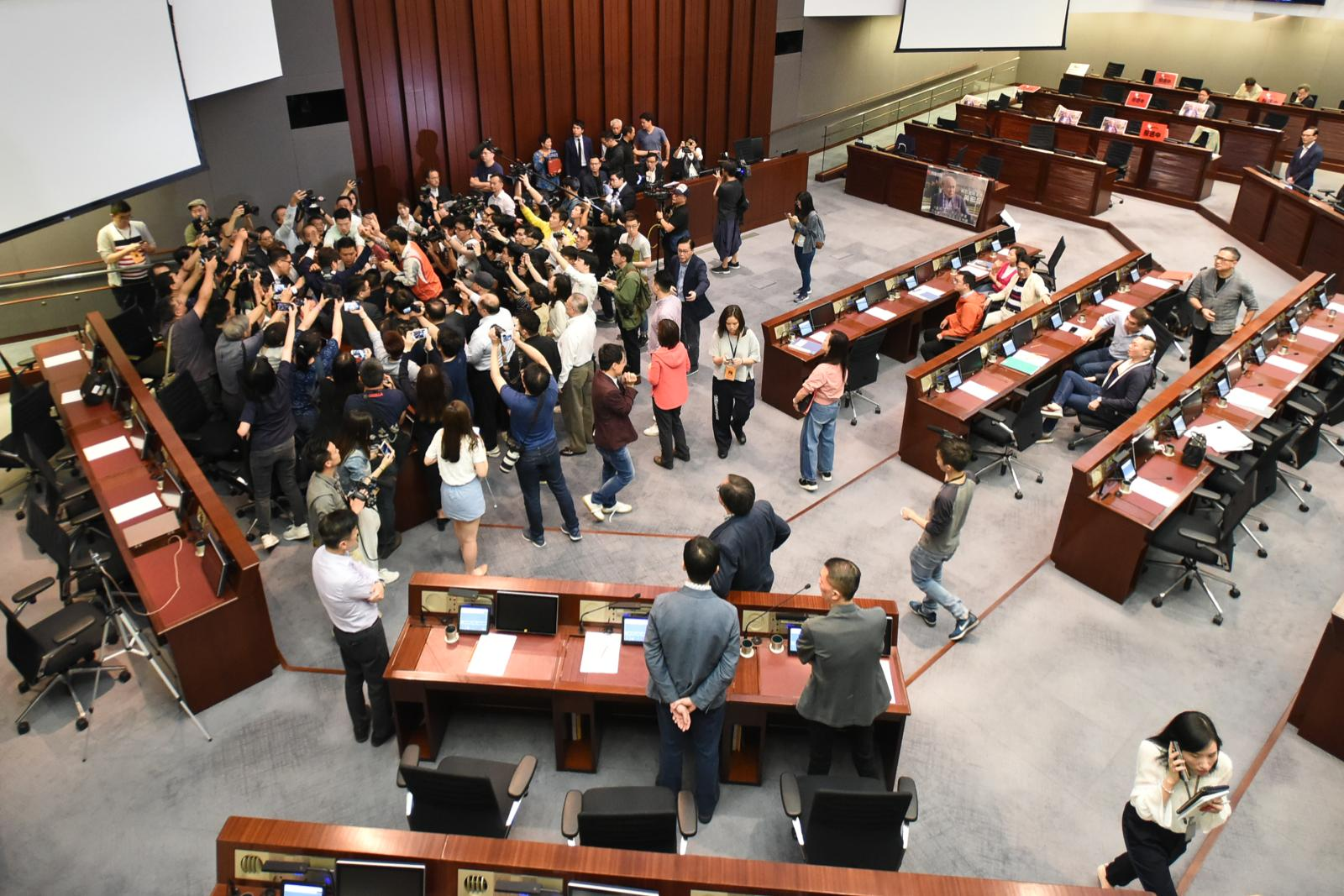 立法會民主派與建制派爆發激烈衝突。