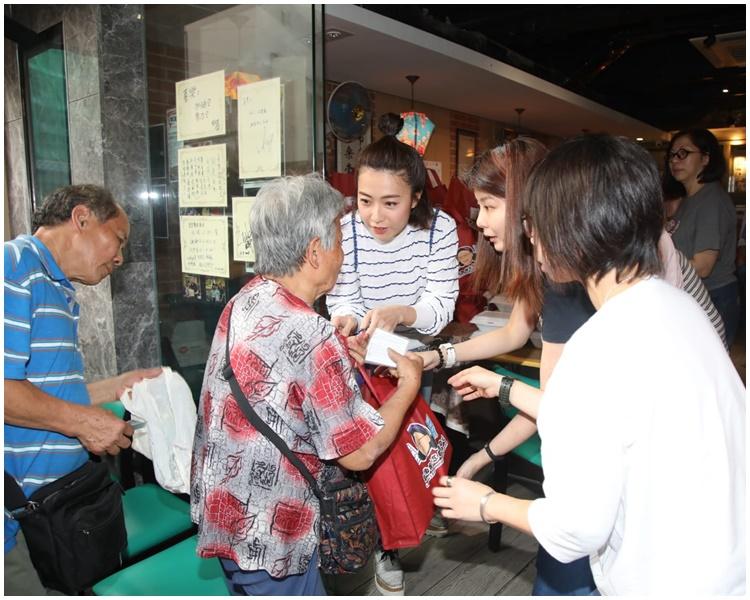 甘比派饭预祝母亲节囡囡亲手画嫲嫲头像印福袋 - 头条网 Headline Daily -_2019051122271634151