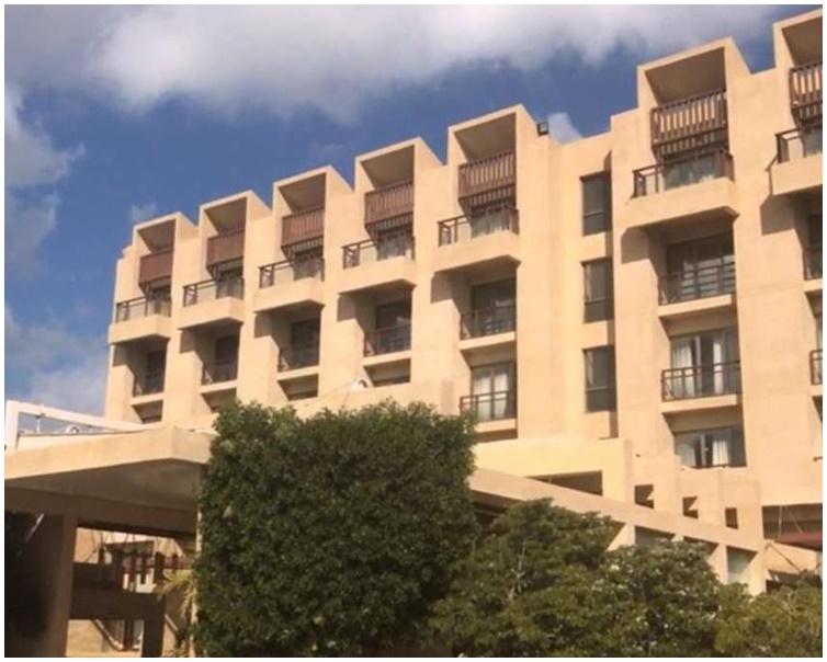 酒店大门的一名保安中枪死亡。网图