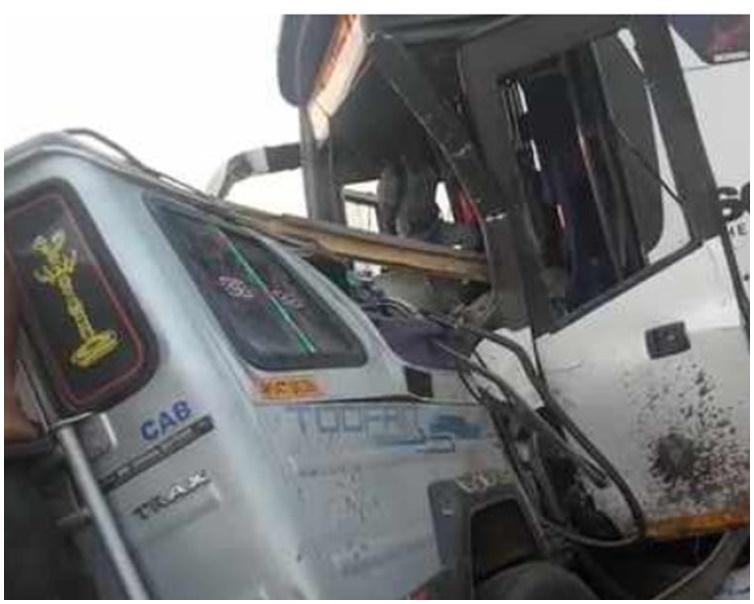 轻型货车失控撞向巴士。网图