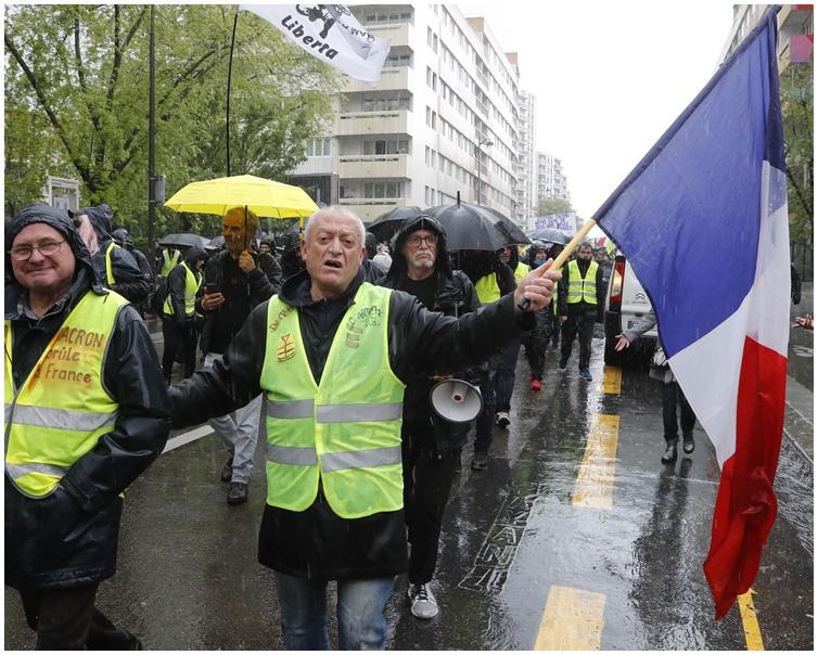 示威者强调上街人数减少不代表热潮减退。AP