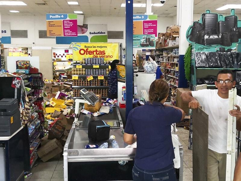 有商店货品从货架震落地。图片