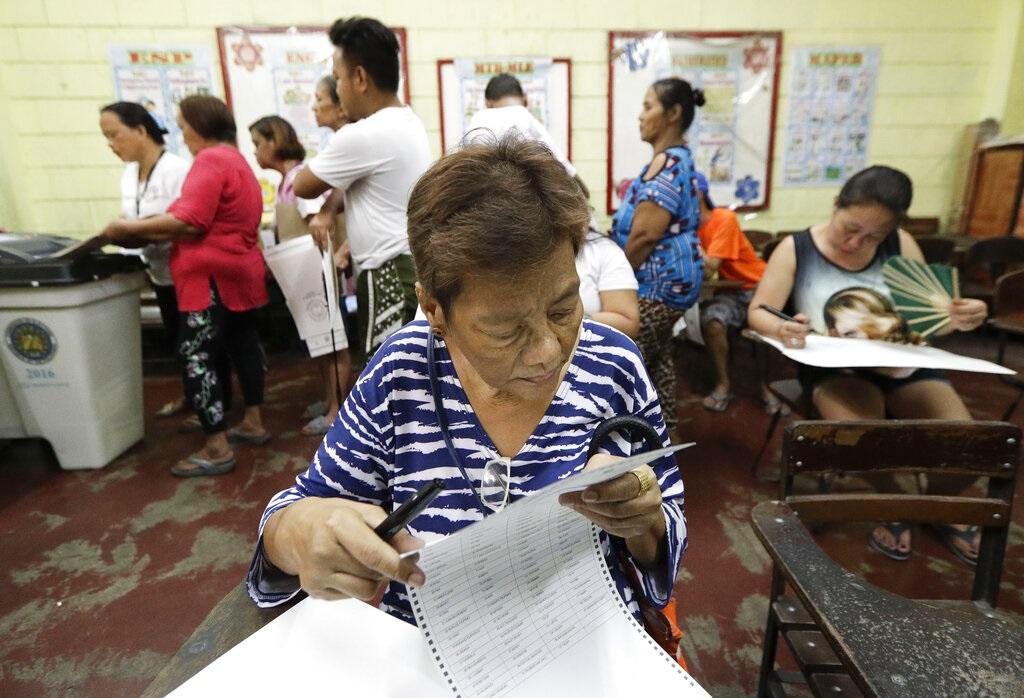 菲律賓馬尼拉選民查看選票。AP圖片