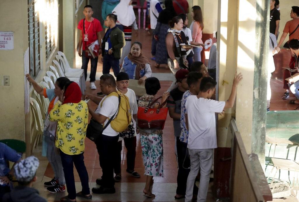 馬尼拉選民查看投票登記。AP圖片