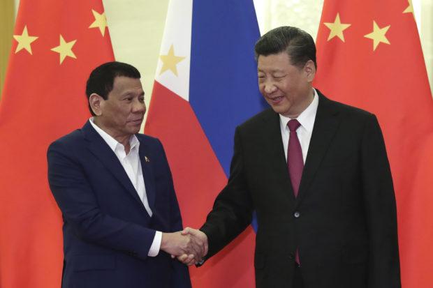 菲律賓總統杜特爾特(左)。AP圖片
