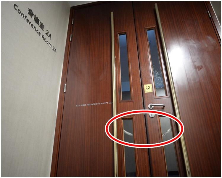 立法会会议室已被锁上铁链。