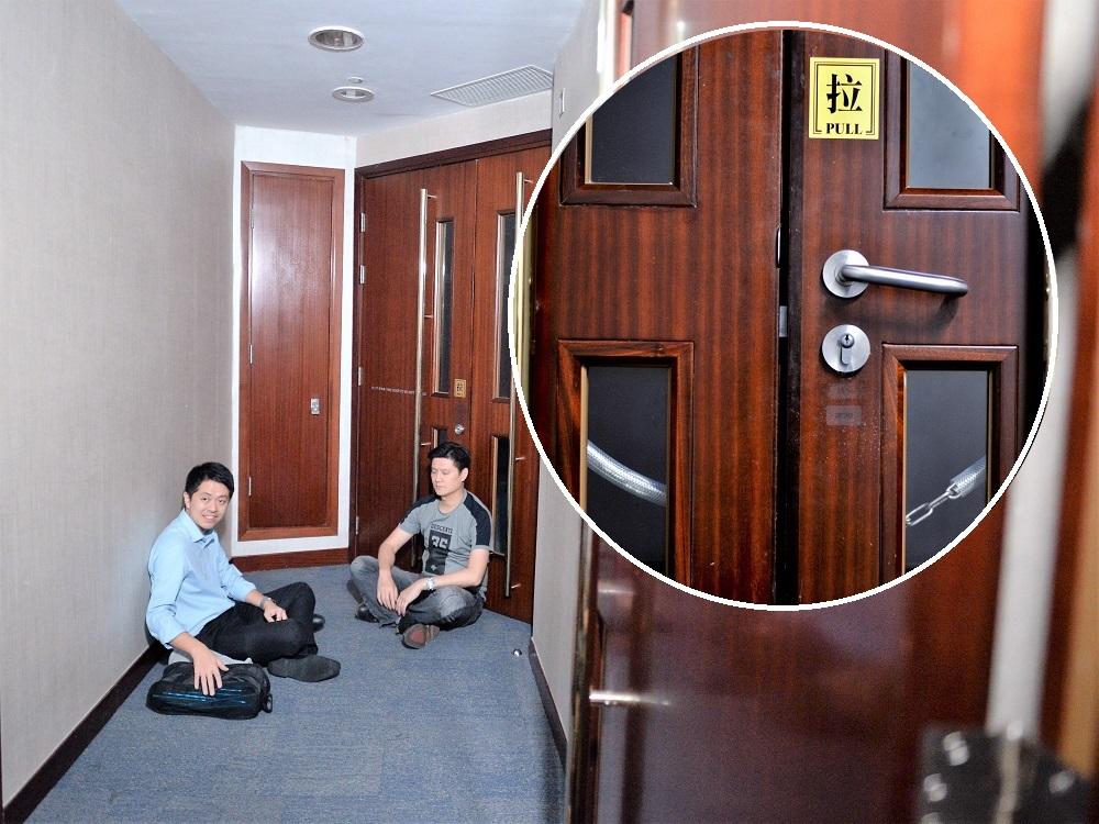许智峯、谭文豪在会议室外通宵留守。