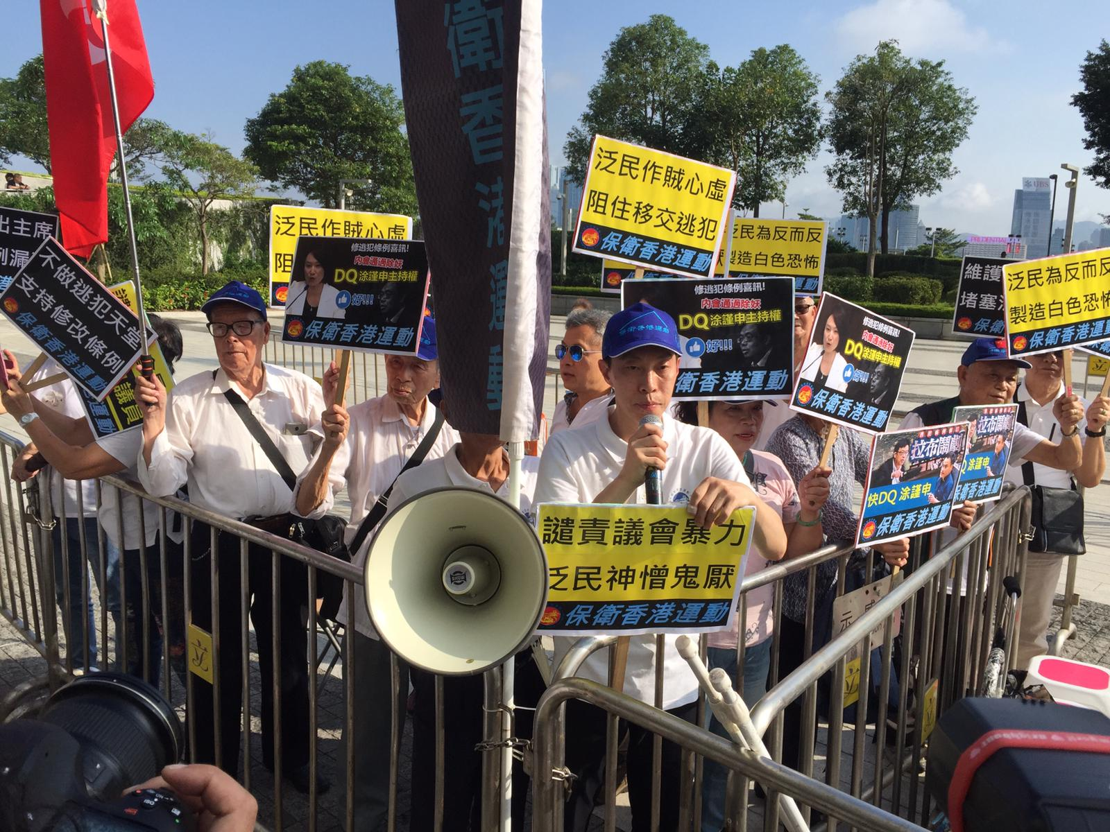 支持及反對修例的團體在立法會示威區請願。