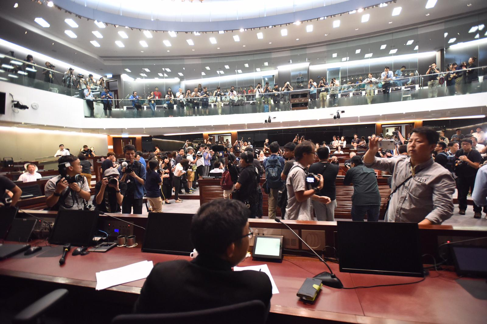立法會修訂《逃犯條例》法案委員會,今早(14日)再度同場開會並爆發混亂。