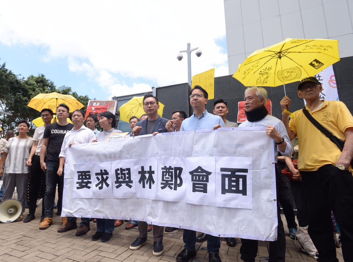14名民主派議員下午由立法會遊行至特首辦。