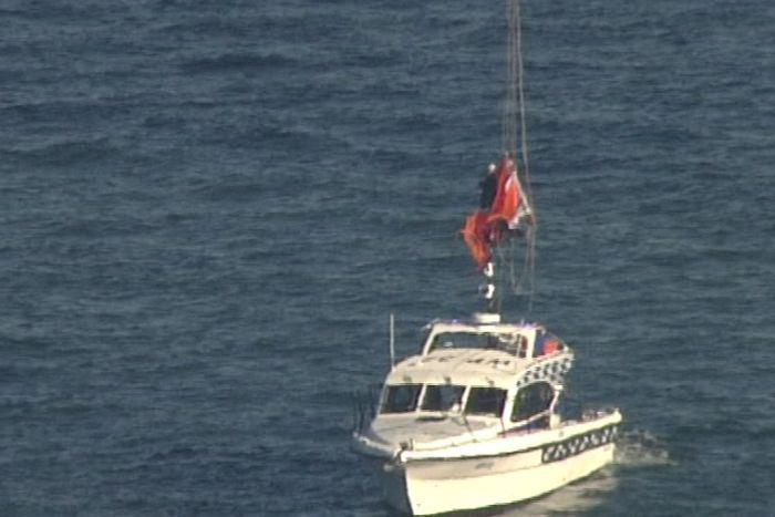示威者悬吊了数小时后,下降到桥下海面的警方船只上,之后被捕。
