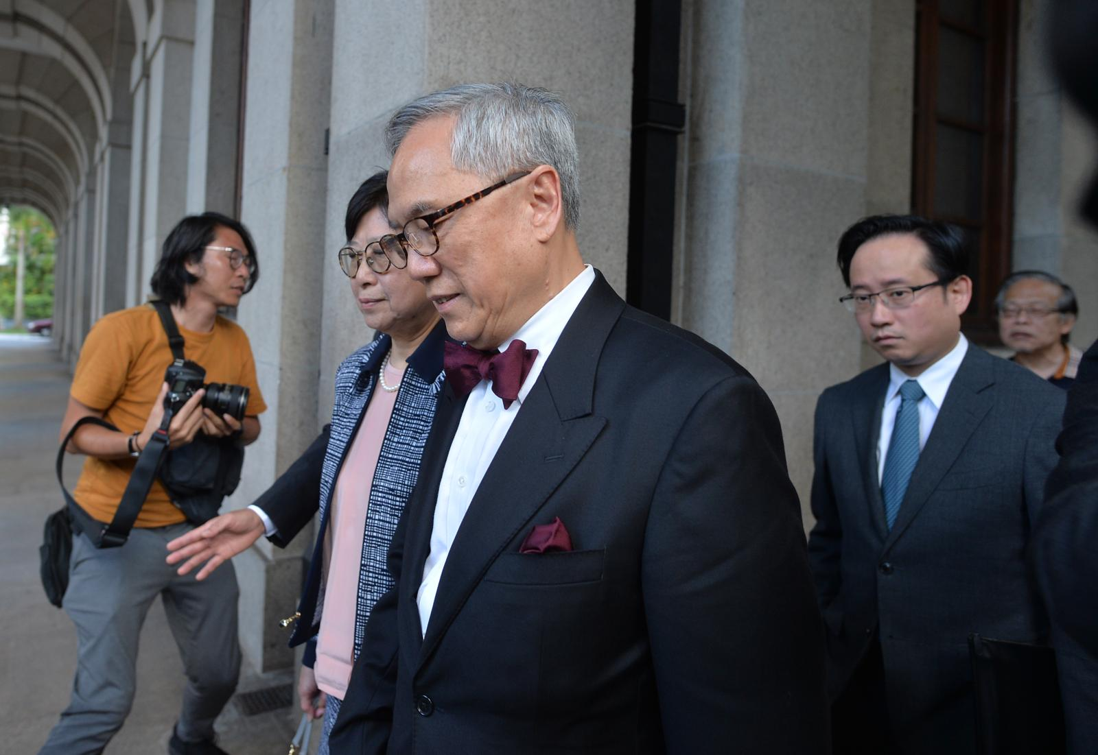 【曾蔭權案】首席法官馬道立宣布押後書面裁決 曾蔭權偕妻手牽手離開法庭