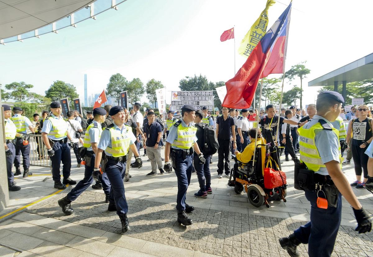 警員今早加強立法會示威區巡邏。