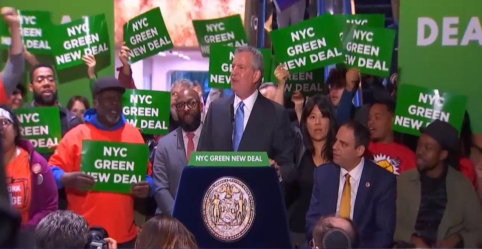 纽约市长白思豪在特朗普大楼示威。网上图片