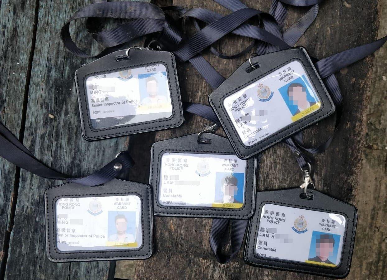 深水埗長沙灣道一後巷發現5張警員委任證,後𧬋實為道具。