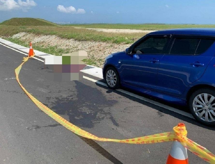 男子坐在車前自殺。網上圖片