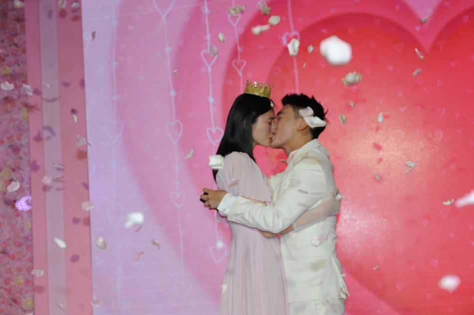 何猷君前日在上海向30歲內地名模女友奚夢瑤求婚。