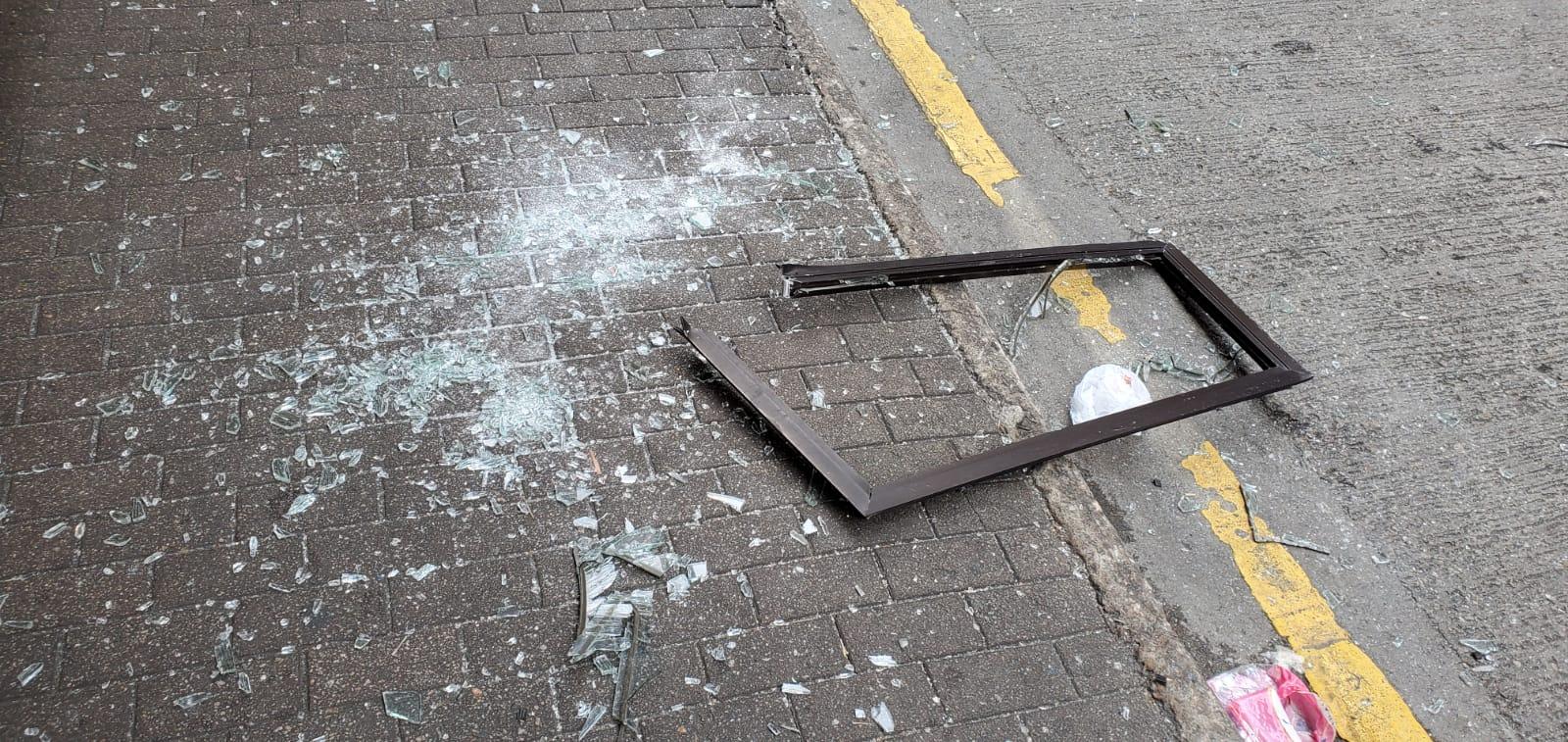 玻璃粉碎。