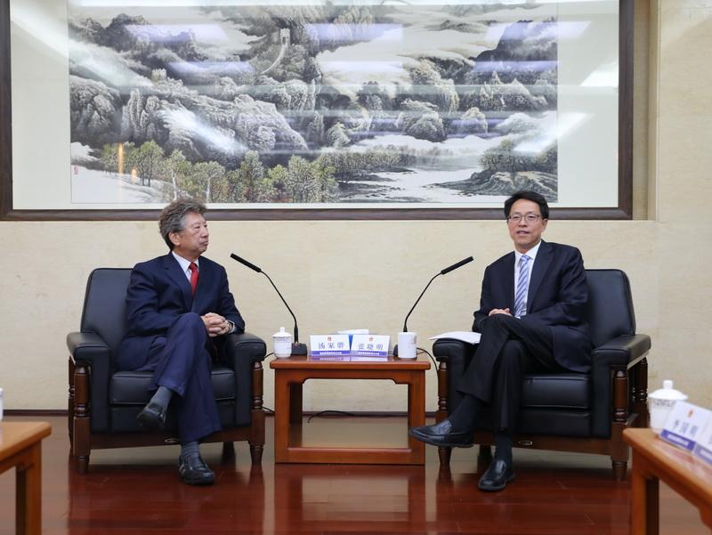 湯家驊(左)引述張曉明(右)指,修訂《逃犯條例》迫切。國務院港澳事務辦公室圖