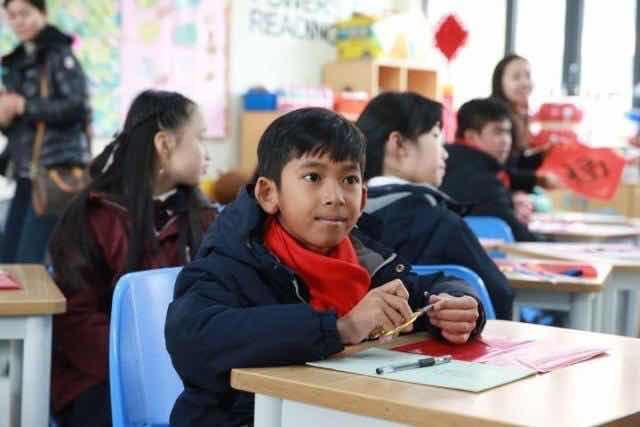 Thuch获得柬埔寨慈善机构及富豪捐助,有机会到上海升学。 网上图片