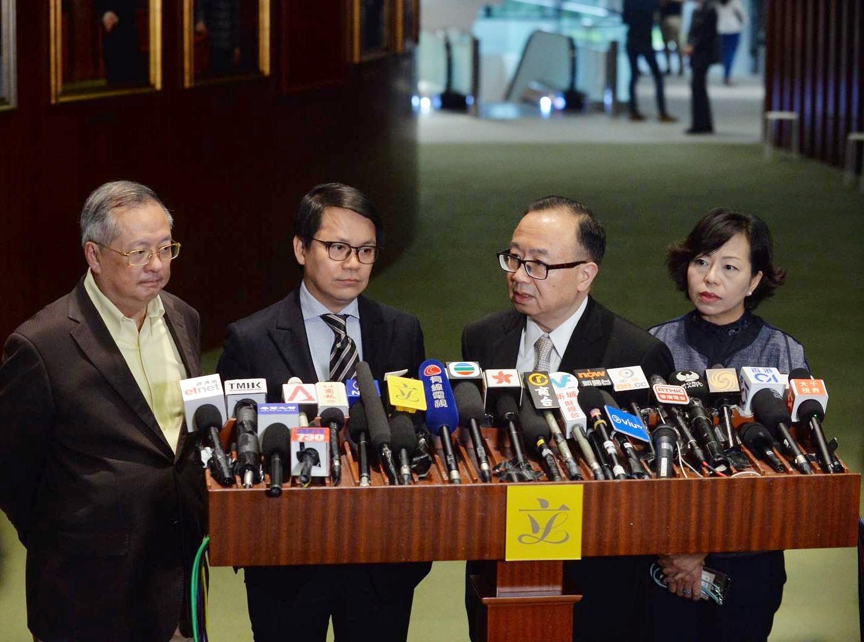 建制派同意派4名代表,與民主派4名代表明日開會進行商討。