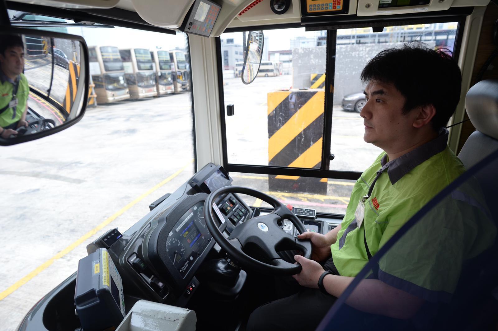 日後採用有關系統,當車長打指揮燈時,九巴及龍運巴士的車尾LED路線顯示屏幕上便會出現「請讓巴士」標語字眼。
