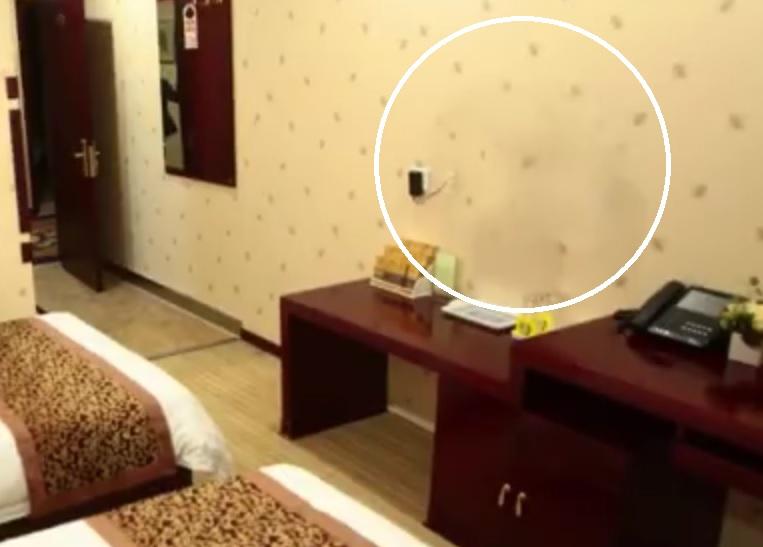 上海賓館男房客將電視機帶走。影片截圖