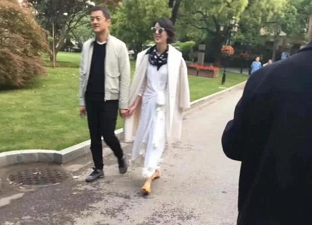 李亞鵬早前被拍到拖着一位女子逛公園。