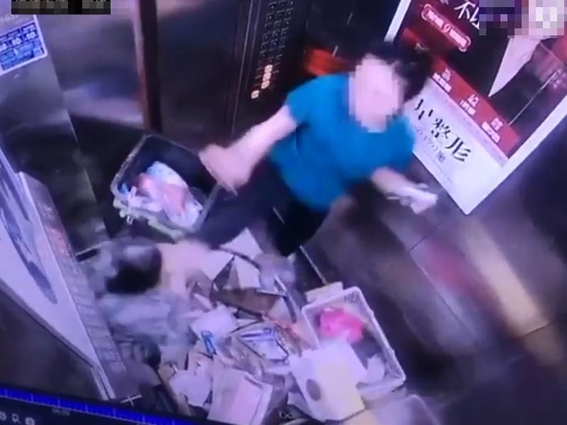 湖南長沙一名大廈清潔工日前在升降機內起爭執。 影片截圖