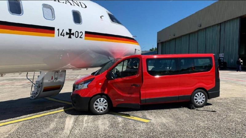 客貨車直撞德國總理默克爾專機 。網上圖片