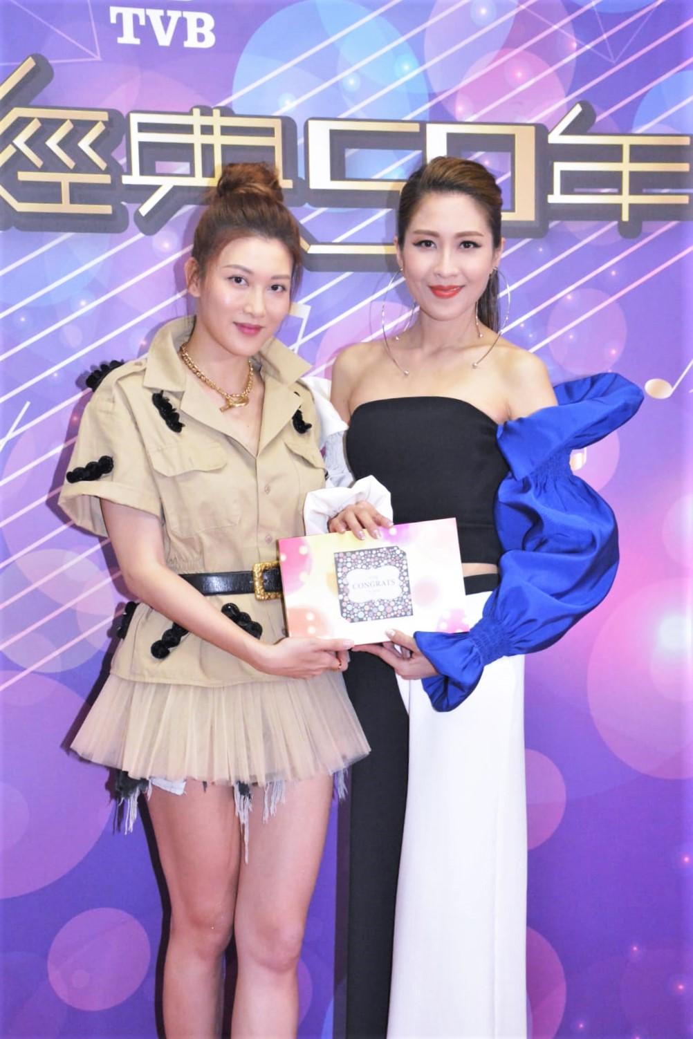 好姊妹陳敏之(右)送上自家曲奇祝賀剛新婚的Rain。