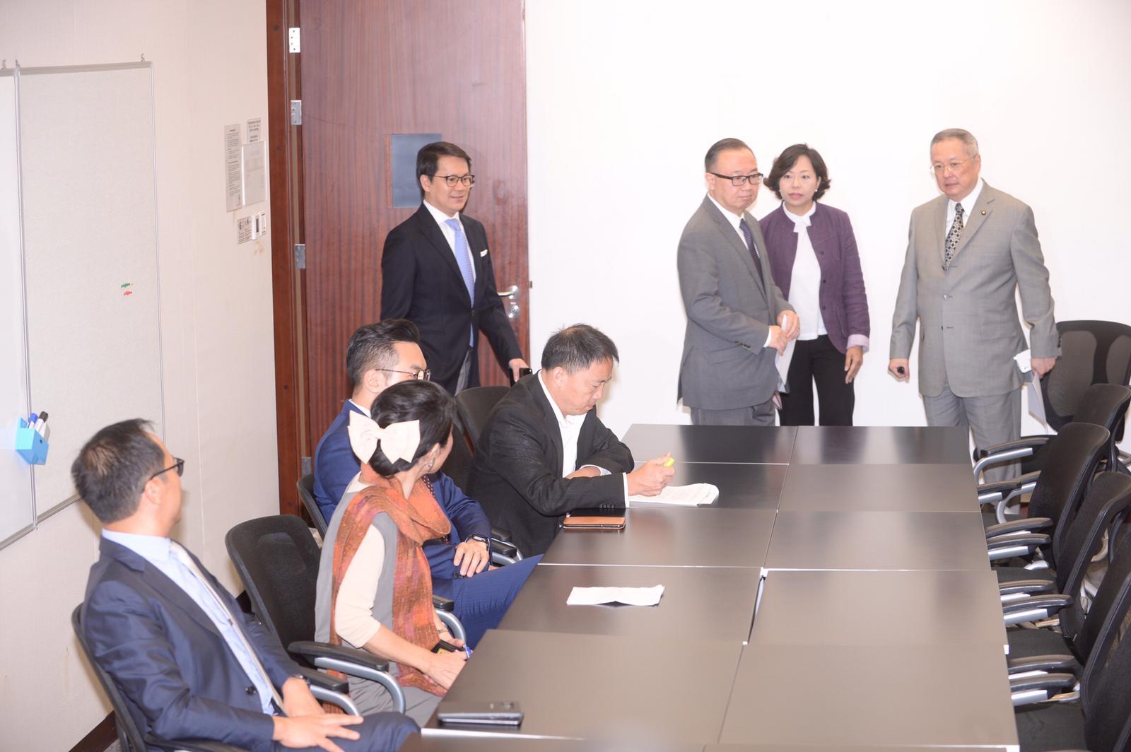 立法會民主派與建制派議員早上舉行協商會議。