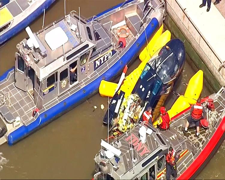 直升機周三在紐約哈得遜河失事墜毀。AP圖片