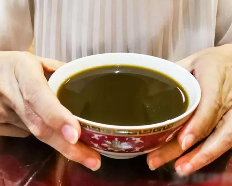 台灣一名奶奶為了抱孫,竟在新抱的中藥裏加蟑螂!網圖