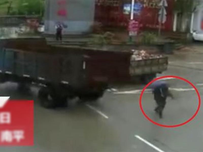 老人几乎被货车撞倒。网图