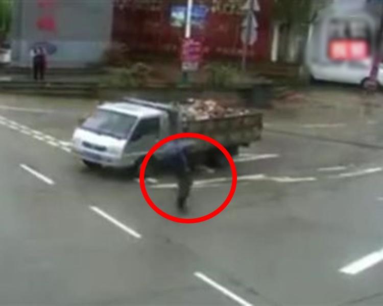内地一名老人在下雨天随意过马路,更两度与死神擦肩而过。网图