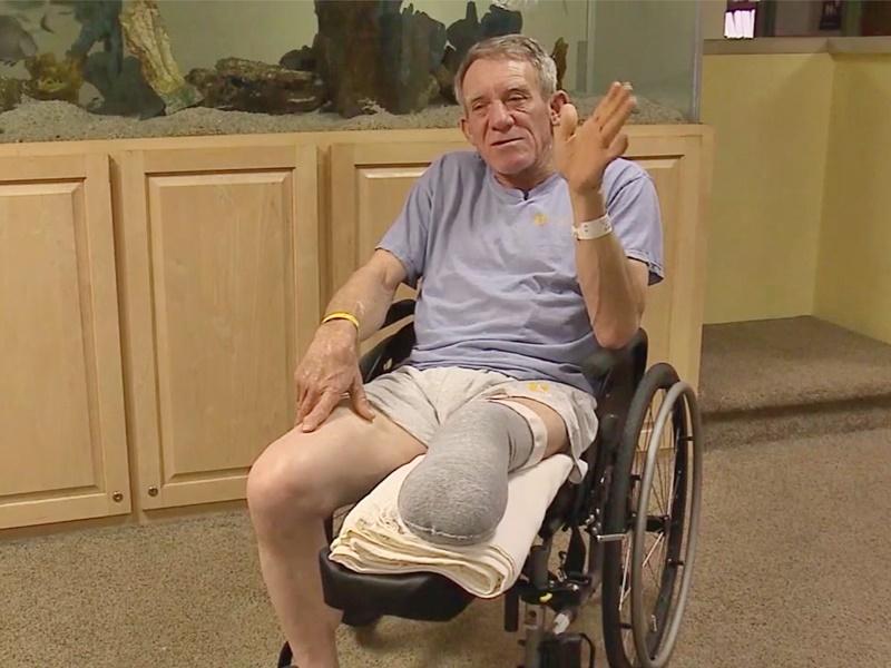 卡澤爾為了保命,自行鋸斷被機器夾住的左腳。網圖
